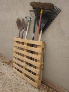garden-tool-pallet-diy