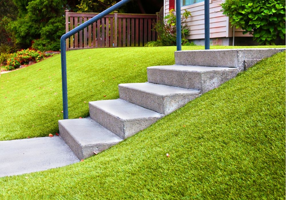 artificial-grass-benefit-tackle-the-slope