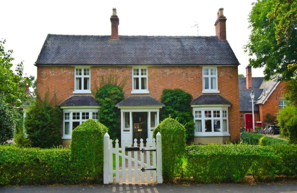 trimmed-hedge-front-garden