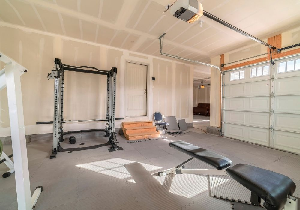 garage-home-gym-with-rubber-mats